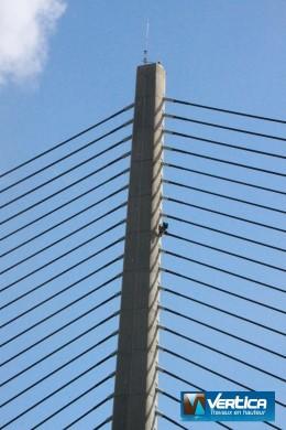 Cordiste au travail sur le pont à haubans de l'Iroise