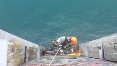 Dépose d'échelles de quai - Base navale de Brest