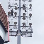projecteurs sur pylone d'angle